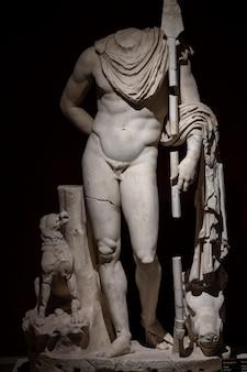 Una statua storica di epoca romana