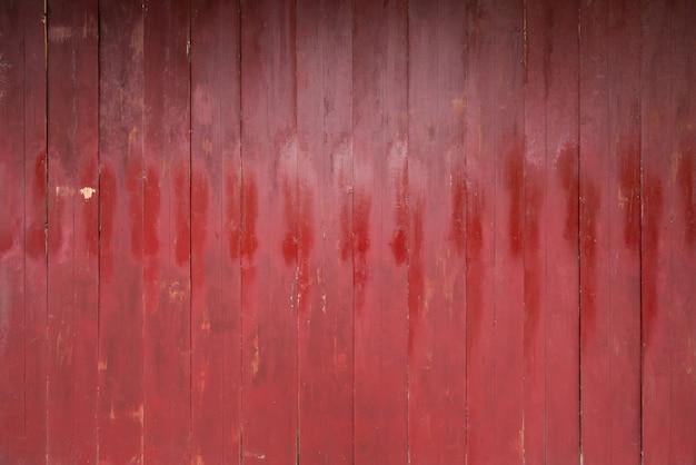 Una tavola di vernice rossa. struttura di legno