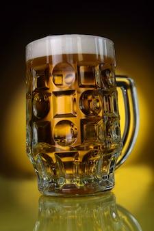 Una tazza di birra chiara sul nero