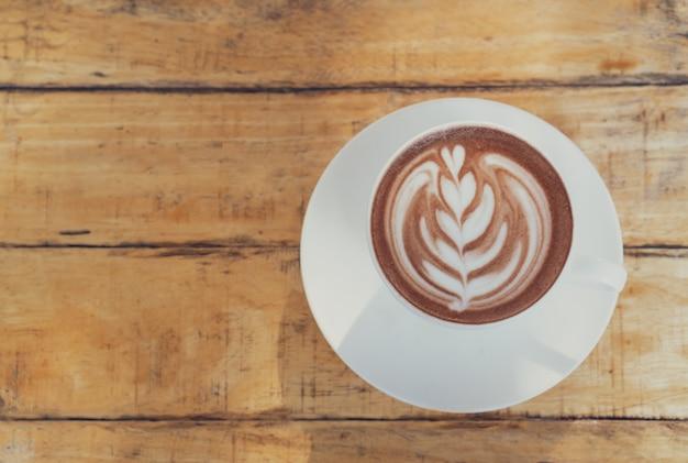 Una tazza di cacao caldo o cioccolato sulla tavola di legno, vista superiore, spazio della copia.