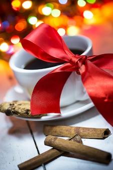 Una tazza di caffè con fiocco