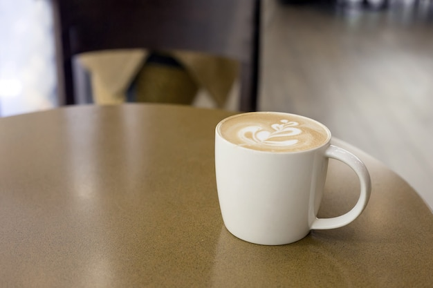 Una tazza di caffè di arte tardiva sul tavolo del caffè