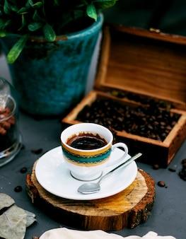 Una tazza di caffè e chicchi di caffè