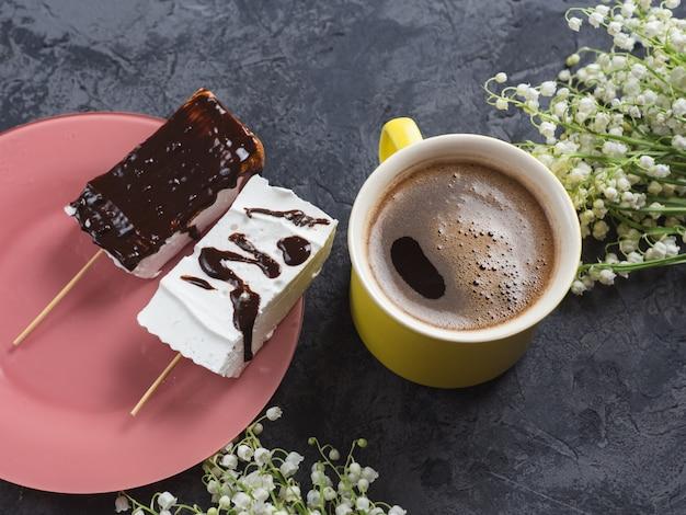 Una tazza di caffè e marshmallow fatti in casa. delizioso dessert