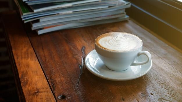 Una tazza di caffè è stata messa in una pila di un libro.