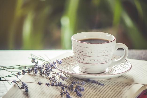 Una tazza di caffè e un buongiorno di fumo in ufficio al lavoro. messa a fuoco selettiva