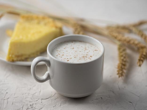 Una tazza di caffè latte e una torta fatta in casa con ricotta