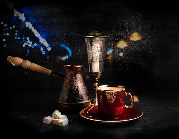 Una tazza di caffè nero con caffè turco e dolci