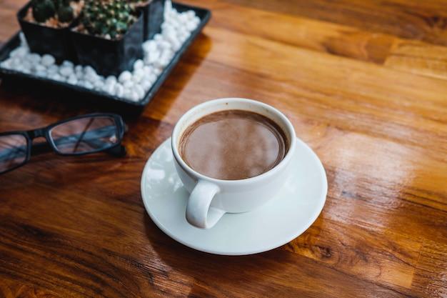 Una tazza di caffè su un tavolo di legno in una caffetteria