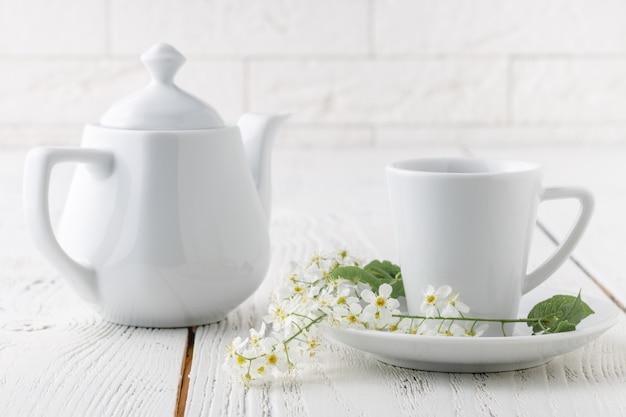 Una tazza di caffè sul tavolo bianco in mattinata