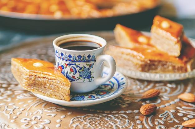 Una tazza di caffè turco e baklava.
