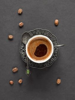 Una tazza di caffè turco nero su sfondo nero.