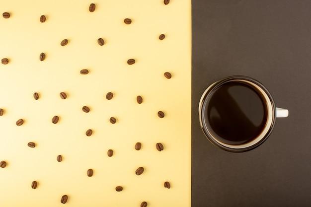 Una tazza di caffè vista dall'alto con semi di caffè marroni