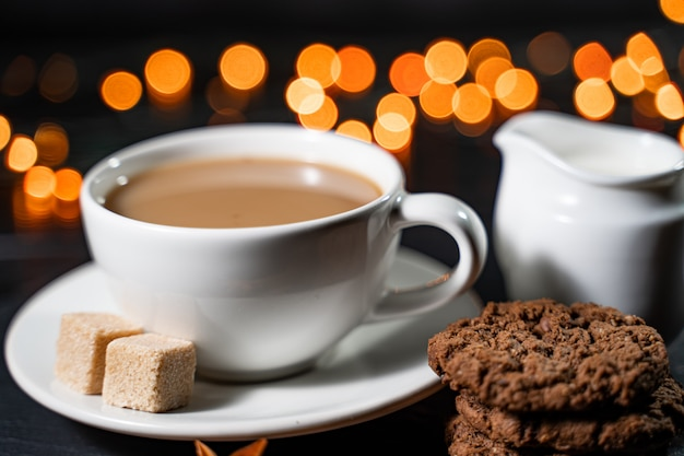 Una tazza di cioccolata calda con pan di zenzero