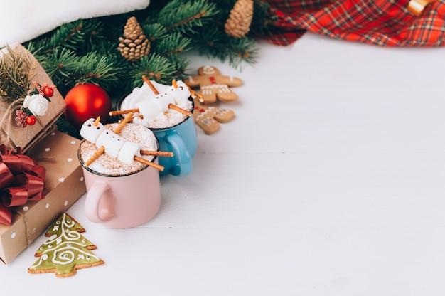 Una tazza di cioccolata calda su un tavolo di legno con un uomo marshmallow che riposa in una tazza