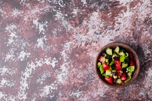 Una tazza di insalata di verdure tritate