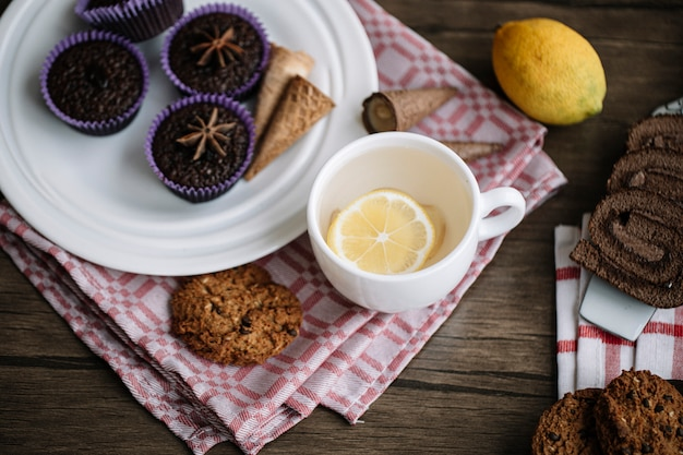 Una tazza di tè allo zenzero al limone con brownies al cioccolato.