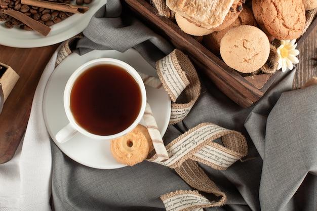 Una tazza di tè e vassoio di biscotti al burro. vista dall'alto
