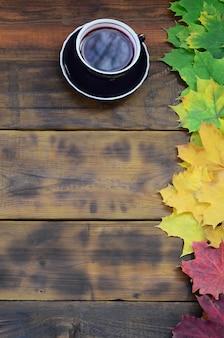 Una tazza di tè in un set di foglie autunnali cadute ingiallimento