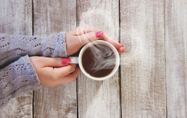 Una tazza di tè nelle mani di un uomo e una donna. messa a fuoco selettiva