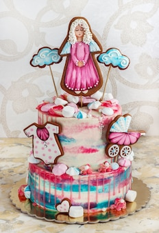 Una torta a più livelli per il battesimo per una ragazza con pan di zenzero