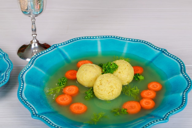 Una tradizionale zuppa ebraica ashkenazita con palle di matzo, fatta con una miscela di matzah