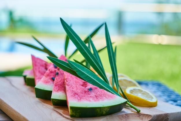 Una vacanza estiva tropicale e deliziosi snack