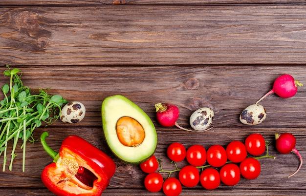Una varietà di prodotti sani e naturali su una superficie di legno