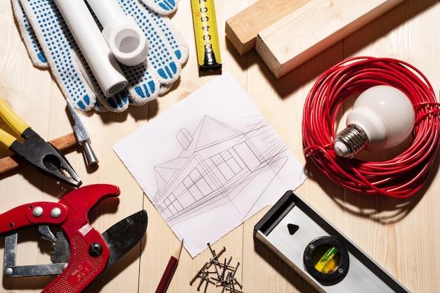 Una varietà di strumenti di lavoro con un progetto a casa