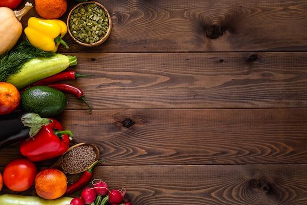 Una varietà di verdure disposti su fondo in legno.