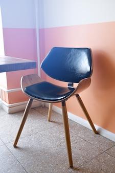 Una vecchia sedia di legno, rivestita in pelle, in un caffè. foto colorata.