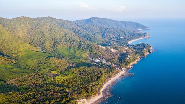 Una veduta aerea della spiaggia di khlong hin all'isola di lanta noi, tailandia provincia di krabi,