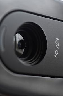 Una videocamera web moderna è installata sul corpo di un monitor a schermo piatto. dispositivo per la comunicazione video e la registrazione di video di alta qualità