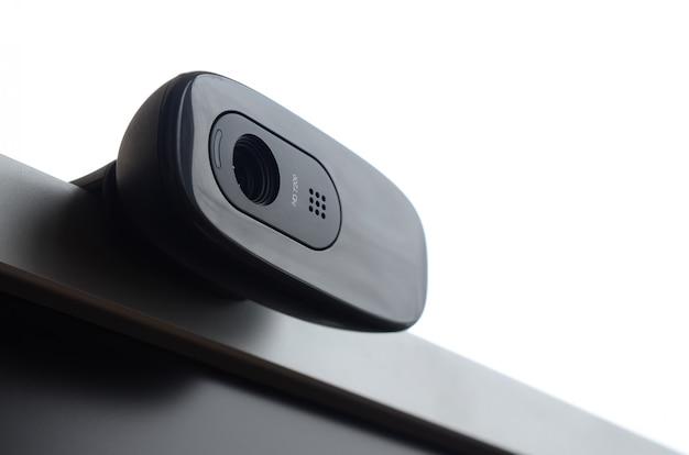 Una videocamera web moderna è installata sul corpo di un monitor a schermo piatto
