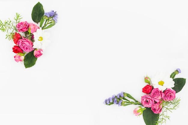 Una vista aerea del bouquet di fiori su sfondo bianco