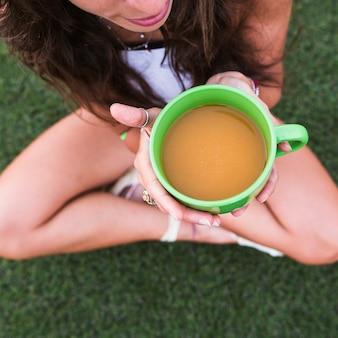 Una vista aerea della donna che tiene tazza di tè