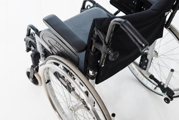 Una vista aerea della sedia a rotelle sul pavimento bianco