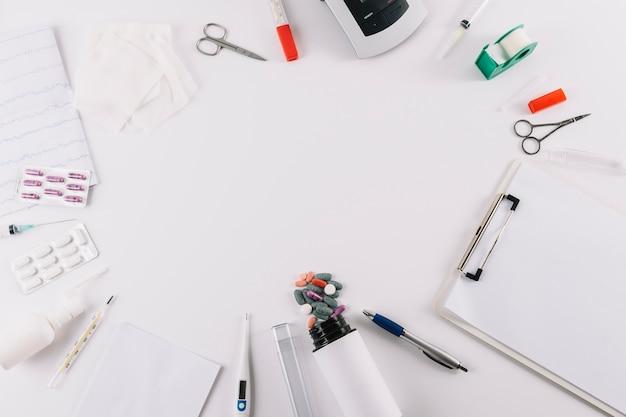 Una vista aerea di attrezzature mediche e pillole isolati su sfondo bianco