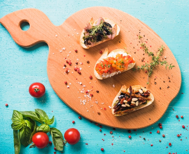 Una vista aerea di colazione antipasto toast su sfondo turchese