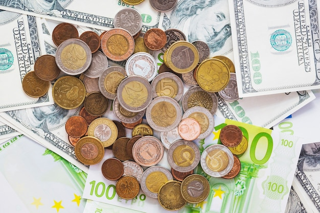 Una vista aerea di monete metalliche sopra le banconote in euro di diffusione