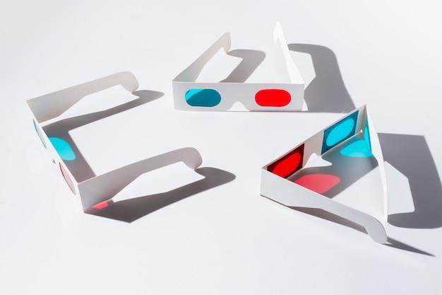 Una vista aerea di occhiali 3d rossi e blu con ombra su sfondo bianco