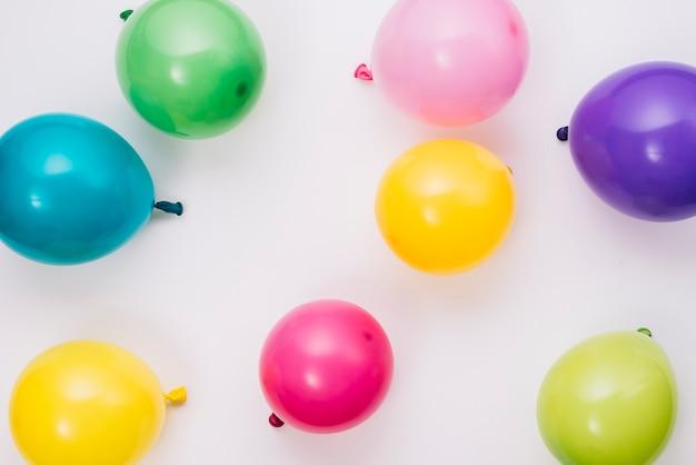 Una vista aerea di palloncini colorati partito isolato su bianco