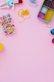 Una vista aerea di perline colorate nel caso su sfondo rosa