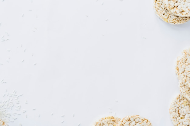 Una vista aerea di torte di riso soffiato con grani su carta bianca