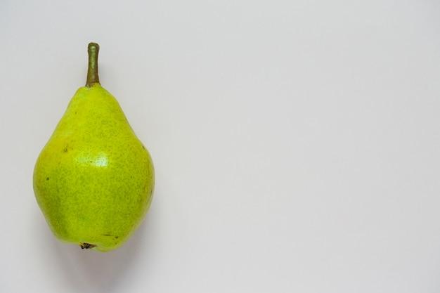 Una vista ambientale della frutta verde della pera isolata su fondo bianco