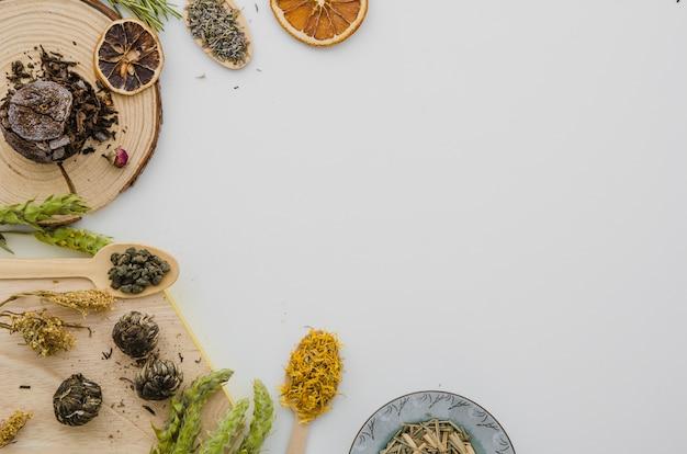 Una vista ambientale delle erbe secche del tè isolate sul contesto bianco