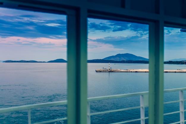 Una vista da un mazzo di grande nave da crociera