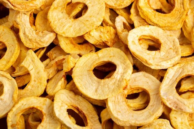 Una vista dall'alto ananas essiccato anelli frutta secca con gusto unico frutti esotici secchi
