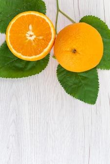 Una vista dall'alto arancia fresca succosa e pastosa su colore bianco, agrumi di frutta