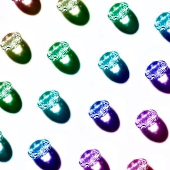 Una vista dall'alto del blu; verde; diamanti viola isolati su sfondo bianco